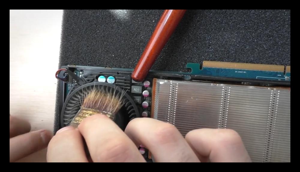 Очистка видеокарты от пыли при помощи кисти