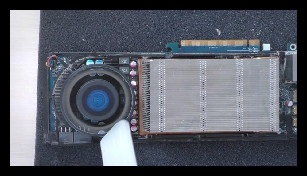 Очистка видеокарты от пыли при помощи пылесоса